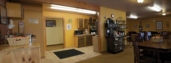 FairBridge Inn & Suites Kellogg : Hot Deluxe Breakfast
