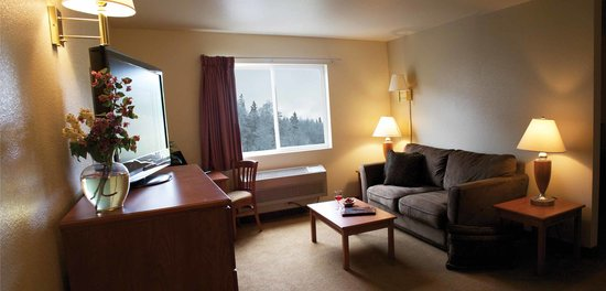 FairBridge Inn & Suites Kellogg : 2 Queen Bed Living Room Suite