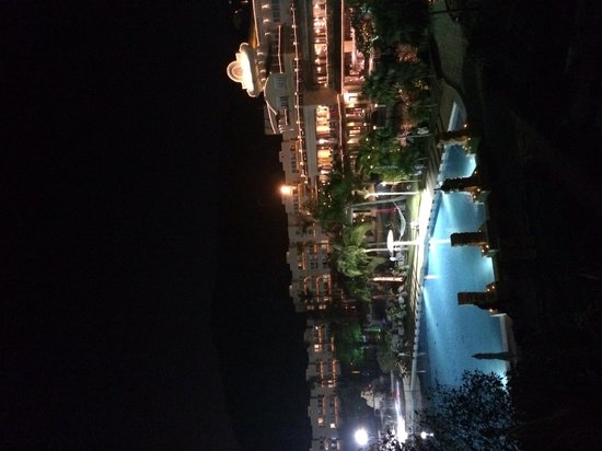 Cactus Resort Sanya by Gloria: Вечерний отель