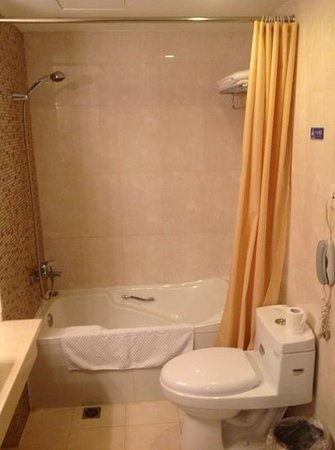 Seventh Heaven Hotel: Bad im De Luxe Room