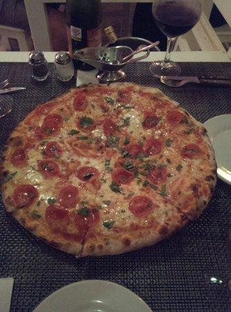 La Famiglia: Yummy perfect pizza!