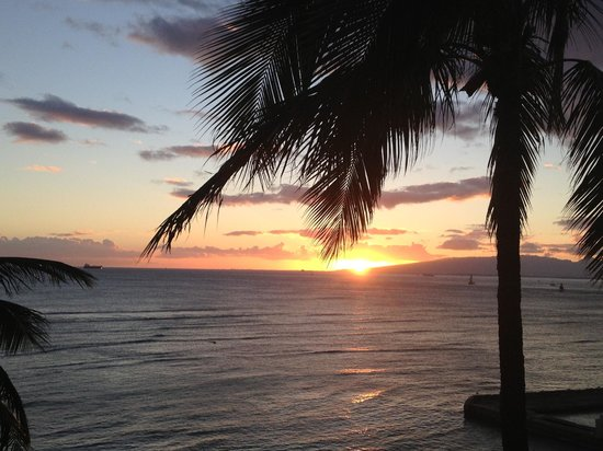 The New Otani Kaimana Beach Hotel: Sunset view from our room