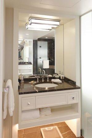 Rosewood Hotel Georgia: Salle de bains double