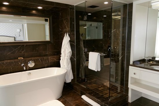 Rosewood Hotel Georgia: Salle de bains spacieuse
