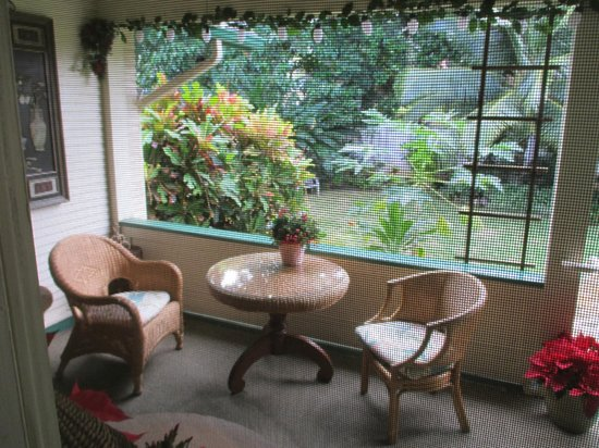 Old Wailuku Inn at Ulupono : The outdoor sitting area