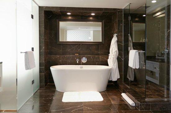 Rosewood Hotel Georgia: Double salle de bains