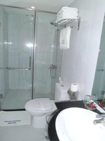 Hanoi Holiday Diamond Hotel: clean bath room and toilet