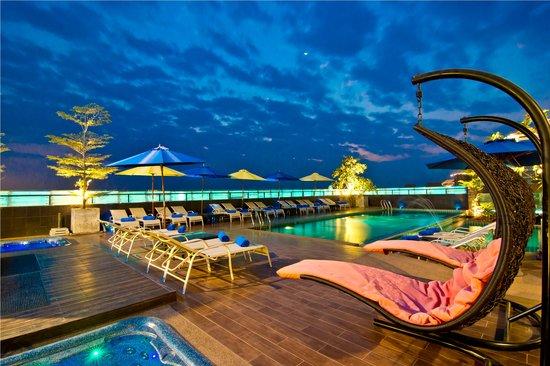 Rashmi's Plaza Hotel: Swimming Pool