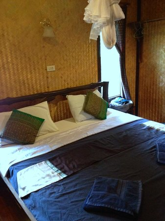 Mook Lanta Resort: Bungalow upon entry.