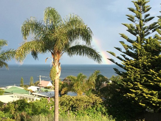 Heritage House Motel & Units: Rainbow out to sea
