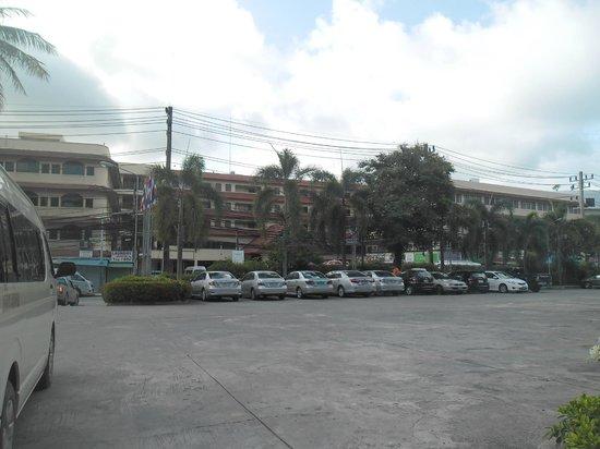 Patong Merlin Hotel : across the street