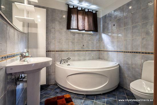 City Style Apartments: Ilmarine big bath and a bathtub