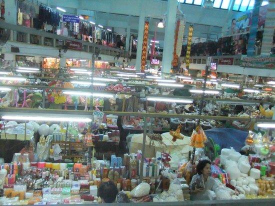 通りの左右が市場 - Picture of Warorot Market (Kad Luang), Chiang ...
