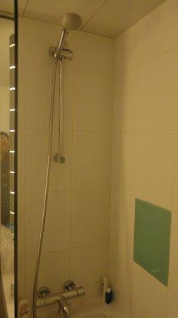 Novotel Paris Les Halles: Shower and bathtub