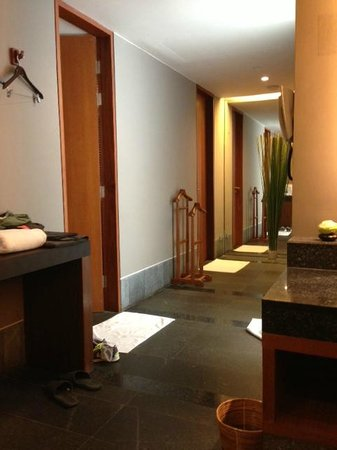 Hansar Bangkok Hotel: Swimming Pool/Gym Bathroom