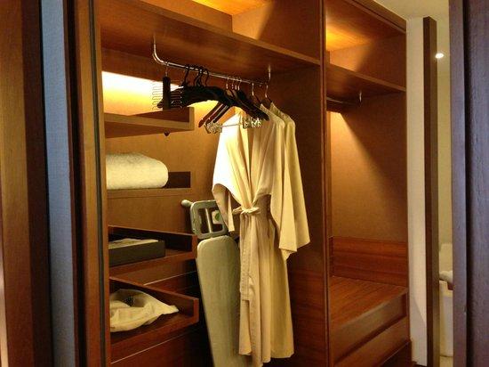 Hansar Bangkok Hotel: Wardrobe