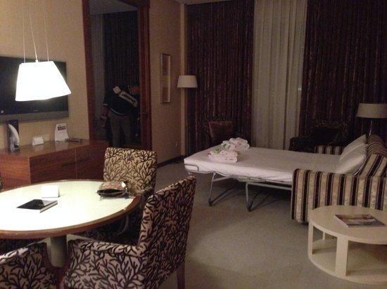 Sercotel Sorolla Palace Hotel : Sofá cama en el salón