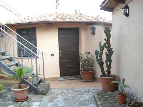 Al Casale De Santis: vialetto interno