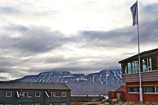 Spitsbergen Hotel: Outside the front hotel at 3 am