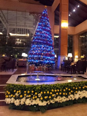 Royale Chulan Kuala Lumpur: Hotel Lobby decorated for Christmas
