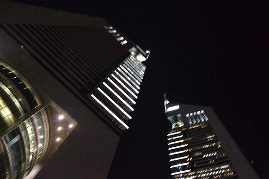 Jumeirah Emirates Towers: l'hotel depuis la piscine, la nuit