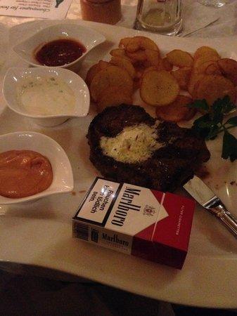 Dorfkrug: Das New York Steak für 22,90 im Vergleich zur Größe einer Zigarettenschachtel