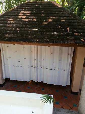Ao Nang Premier Resort: shower area with just curtains and a rotting roof top