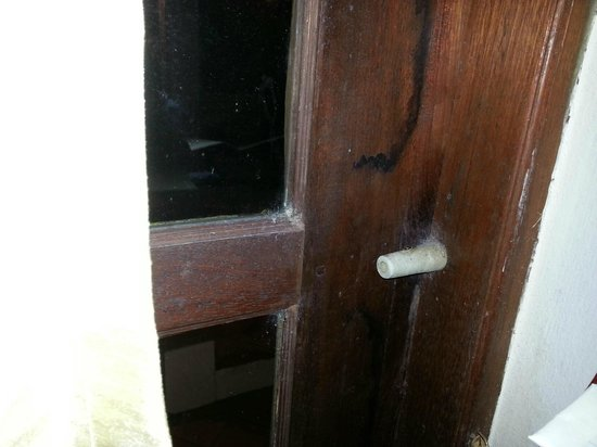 Ao Nang Premier Resort: patch of fungus and dustmites on sides of doors