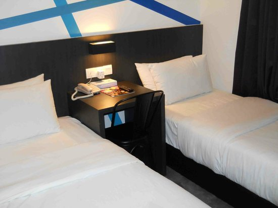 Grid 9 Hotel: Room 202, beds