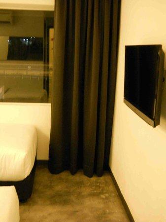 Grid 9 Hotel: Room 202, view upon opening door