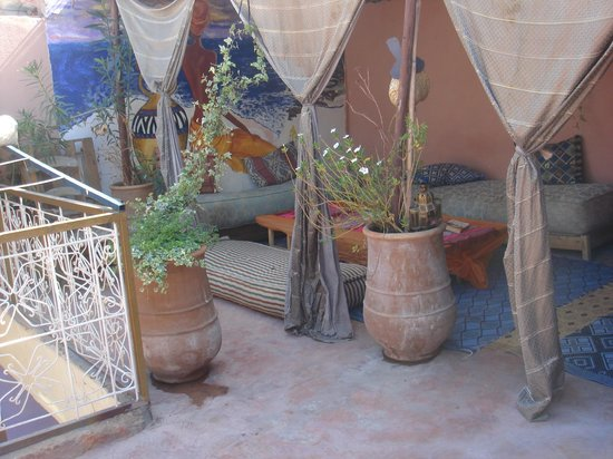 Hostel Riad Mama Marrakech: a part of the shady side of the roof terrasse