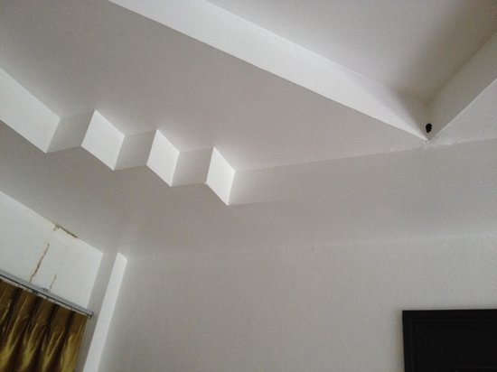 Club Bamboo Boutique Resort and Spa : You can see the hole in the ceiling and marks from water pouring down by the walls