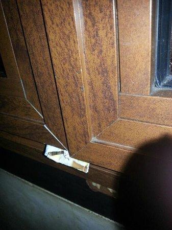 Riad & Spa Mabrouk: La finestra rotta, sistemata da noi con un pezzo di carta per evitare di dormire con il rumore