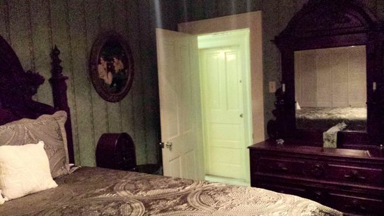 Antebellum Guest House: Suite Bedroom