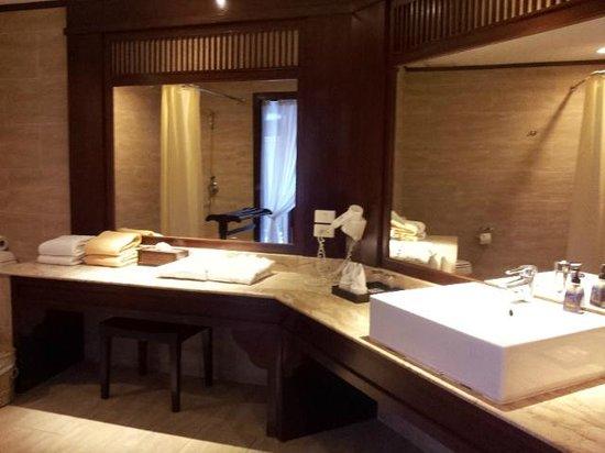 Novotel Samui Resort Chaweng Beach Kandaburi: Bathroom and Toilet