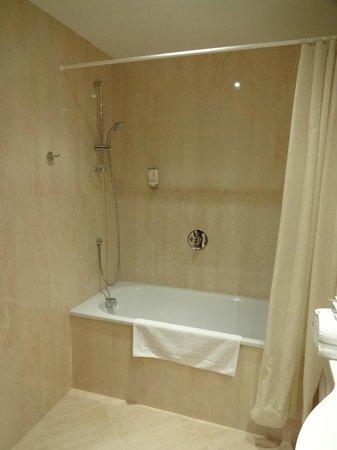 Louren Hotel: Bathroom