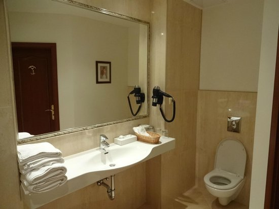 Louren Hotel: Bathroom