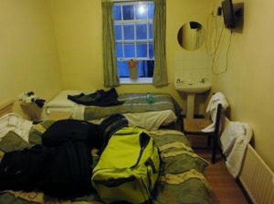Belgrove Hotel: 3p bedroom with wash basin