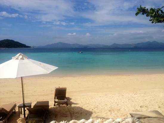 Two Seasons Coron Island Resort & Spa: Clean, pristine turquoise waters, comfortable lounge chairs (and cabanas behind)