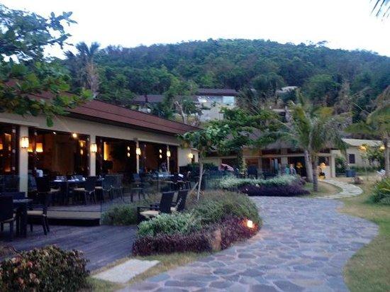 Two Seasons Coron Island Resort & Spa: Open-air dining area facing the sea