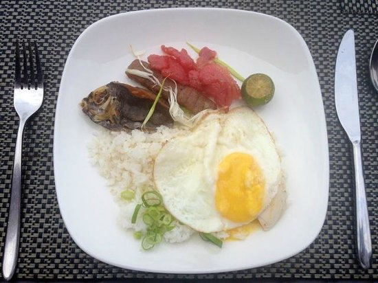Two Seasons Coron Island Resort & Spa: Filipino breakfast! Fried fish, sweet sausage, garlic fried rice and egg
