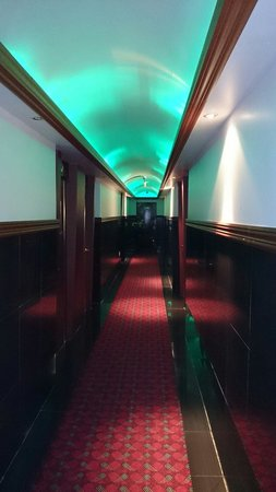 Classic Motel: Exotic colours of our eight floor. Just ok hotel.