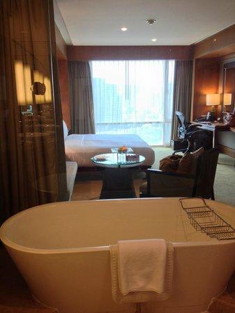 Conrad Bangkok Hotel: 浴室から室内、外が見えます