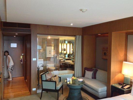 Conrad Bangkok Hotel: 部屋から見えるガラス張りの浴室