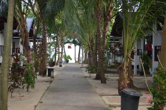 Marina Beach Resort: Дорожка к морю