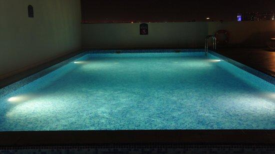 Premier Inn Dubai International Airport Hotel: Swimingpool