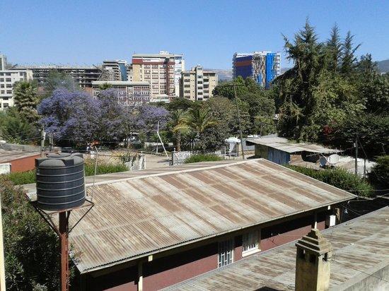 The Lion's Den Hotel: Vista desde una de las habitaciones / Entrada del Greek Club