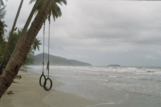 Santhiya Tree Koh Chang Resort: Schaukel am Strand