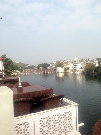 Lake Pichola Hotel: view on the right side. The pedestrian bridge just 5 minutes walk away