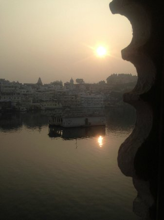 Lake Pichola Hotel: sunrise from the room